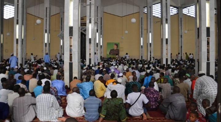 vendredi la grande mosqu e de bamako grande pri re collective en hommage aux soldats. Black Bedroom Furniture Sets. Home Design Ideas